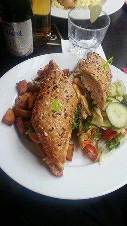 Spinoza Cafe : panino pollo pomodori senape e patate fritte