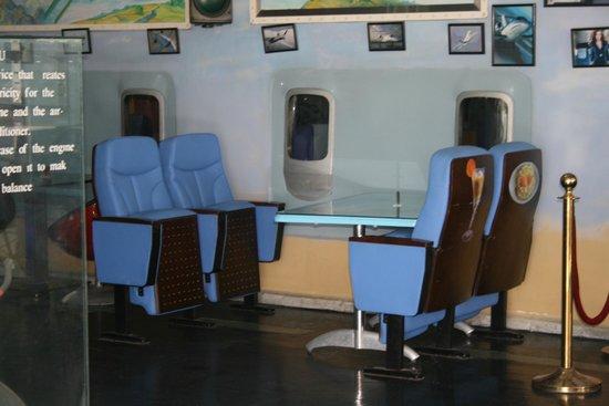 New Fly Restaurant : Столики в кафе