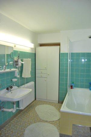 Hotel Cafe Zillertal: Baño
