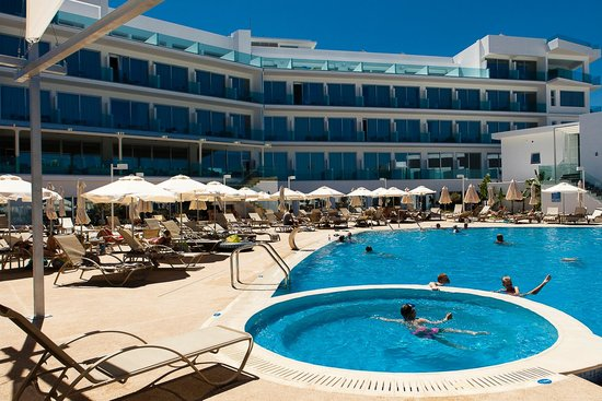 Vrissaki Beach Hotel: View from the pool bar