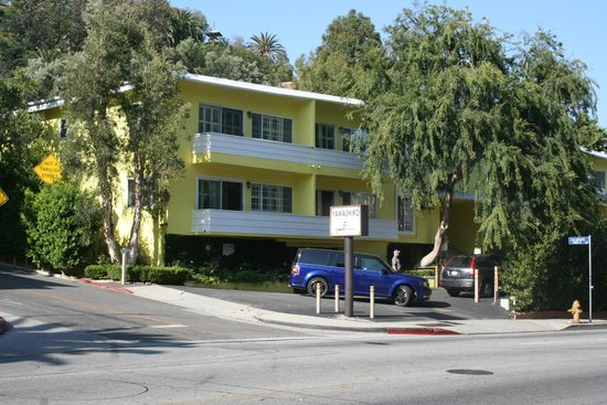 Magic Castle Hotel: Standing on Franklin Avenue