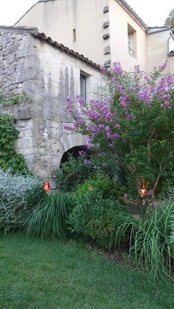 La Maison Rouge d'Uzes : a quiet garden whih is well-lit for returning at night