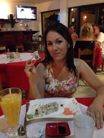 El Quijote Bar and Restaurant: Mi esposa de gustando un California Roll!