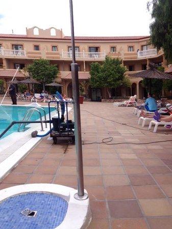 Elba Lucia Sport & Suite Hotel : Limpieza  de la piscina