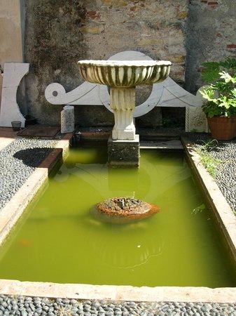 Basilica of Santa Maria di Castello: фонтан в саду