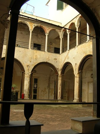 Basilica of Santa Maria di Castello: Внутренний дворик