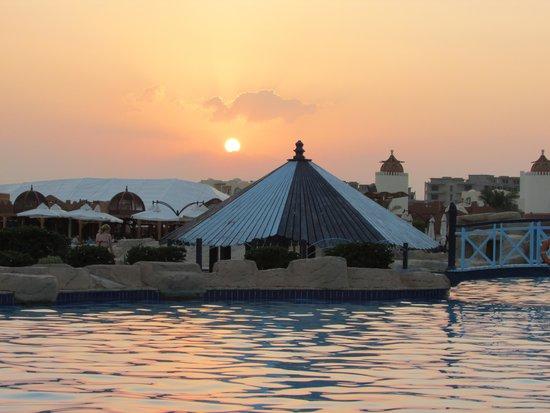 SUNRISE Select Royal Makadi Resort: De poolbar. Echt onvergetelijk!