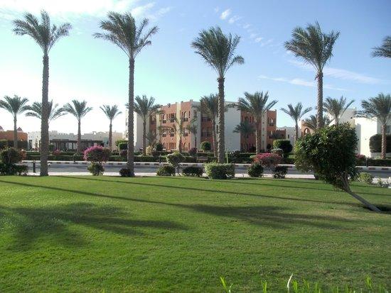 SUNRISE Select Royal Makadi Resort: De tuin. Hier liggen alle bijgebouwen.