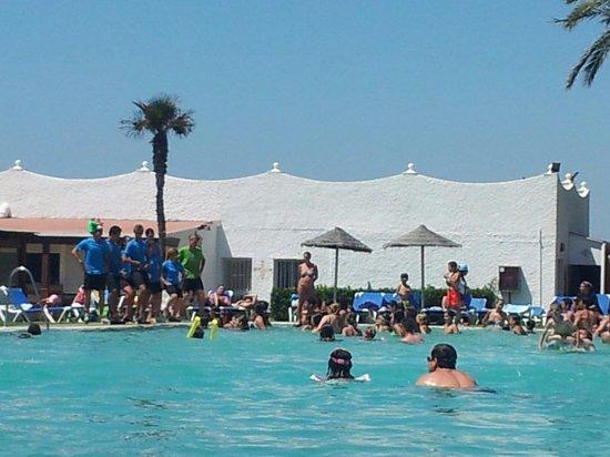 Atalaya Park Hotel & Resort: Bailes en la piscina