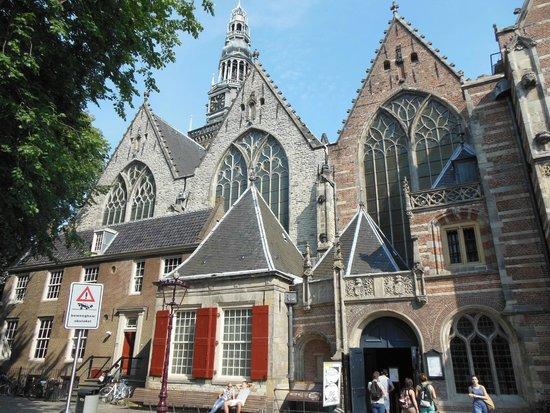 Oude Kerk: Da fuori