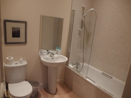 Craigag Lodge: The biggest bathroom (and room) during our stay in Scotland!