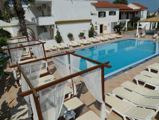 Oasis Beach Club: poolside beds.