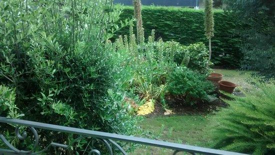 Hôtel La Résidence des Artistes : Vue sur jardinet