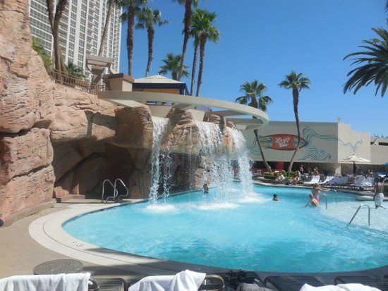 MGM Grand Hotel and Casino: Lazy river waterfall