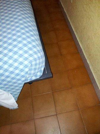 Verona Hotel: Passaggio tra letto e muro strettissimo, e angoli della rete pericolosi per le gambe
