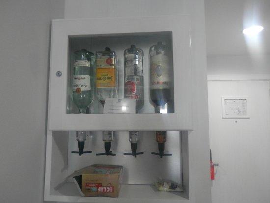 Hotel Riu Palace Peninsula: liquor dispenser in the room