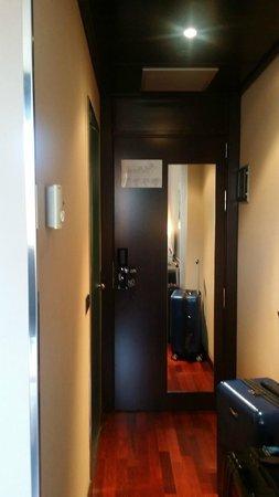 AC Hotel Valencia: Mirror Behind The Main Door   Good Idea