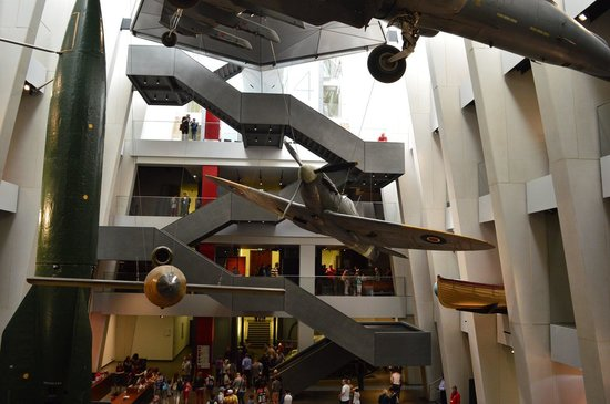 Museo Imperial de la Guerra: The stairs are bigger than the exhibits