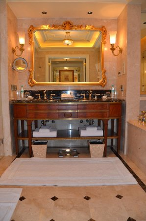 The Leela Palace New Delhi : luxurious bathroom