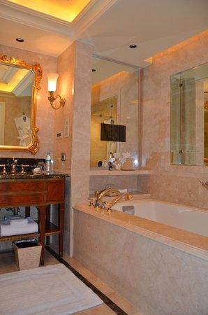 The Leela Palace New Delhi : the bath tub with the tv screen