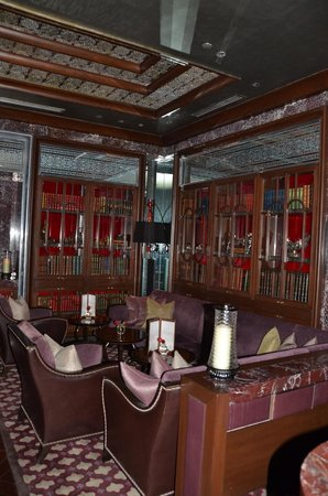 The Leela Palace New Delhi: the library bar