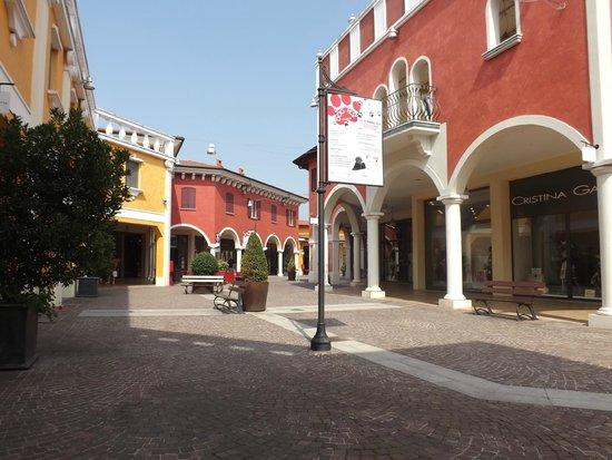 Nelle vie del Village - Foto di Mantova Outlet Village ...