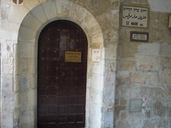Lutheran Guest House: За этой дверью отель с чудесным садом