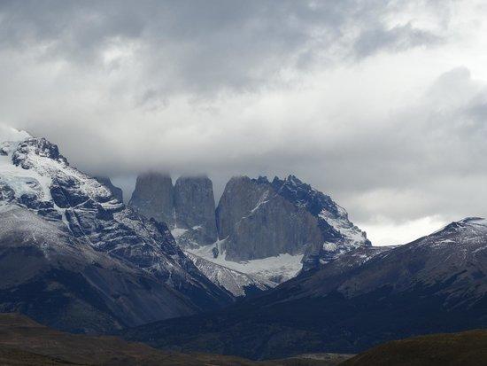 Torres del Paine National Park: Las torres del Paine mismas, cima cubierta por las nubes