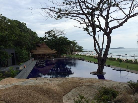 Vana Belle, A Luxury Collection Resort, Koh Samui: looking over the pool towards the private beach