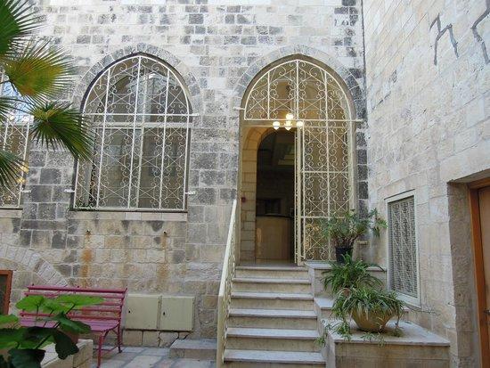 Lutheran Guest House: Вход в ресепшн из сада