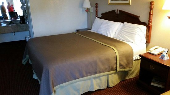 Travelers Inn and Suites Memphis: Clean room, crisp sheets, comfy bed