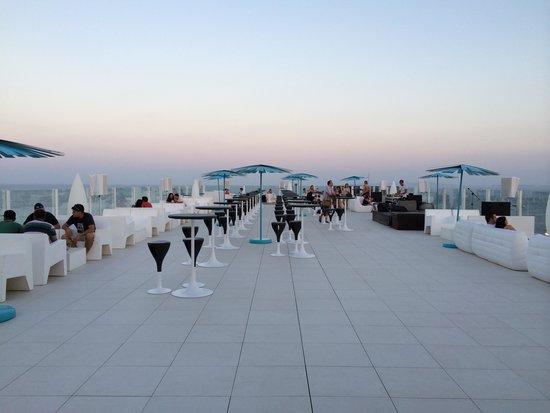 le toit terrasse panoramique et son bar picture of hard rock hotel ibiza playa d 39 en bossa. Black Bedroom Furniture Sets. Home Design Ideas