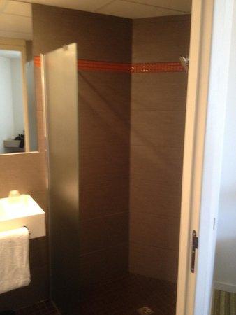 Ibis styles Marseille Timone : Wasserabschirmung in der Dusche nicht gut gelöst