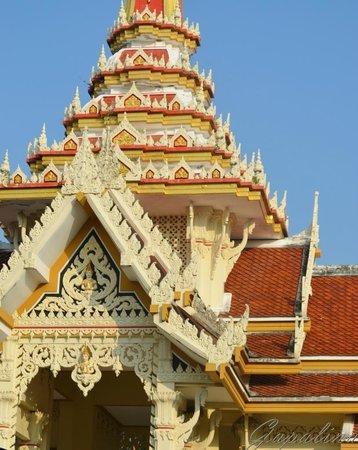 Wat Chalong : Такие яркие резные крыши у всех сооружений.