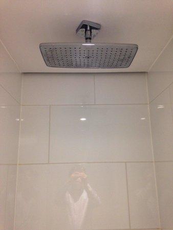 Eurostars Book Hotel: 天井からのシャワーはとても気持ち良いです
