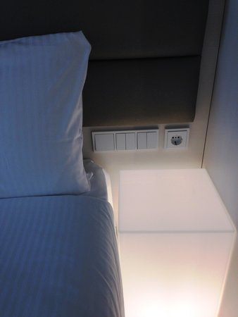 Eurostars Book Hotel: ベッド横にコンセントがあってスマートフォン充電に便利です