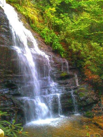 Enota Mountain Retreat : 200 foot hike to waterfall