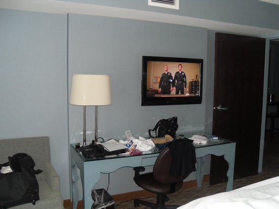 Crowne Plaza Chicago O'Hare : Desk in the Bedroom