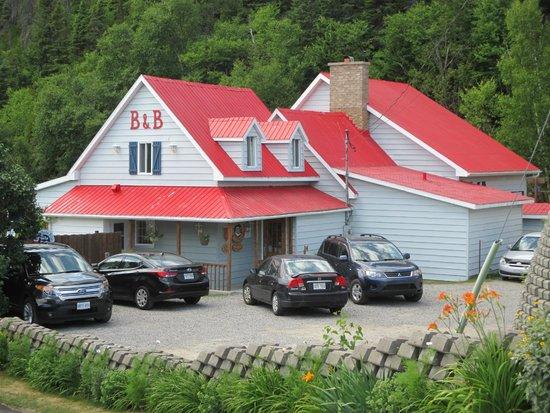 Auberge la Sainte Paix : L'auberge en bordure du fjord et de la forêt