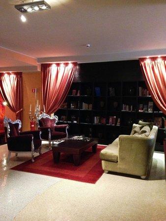 Fiume Hotel: ロビーはソファーなどがそろっていてくつろげる雰囲気です