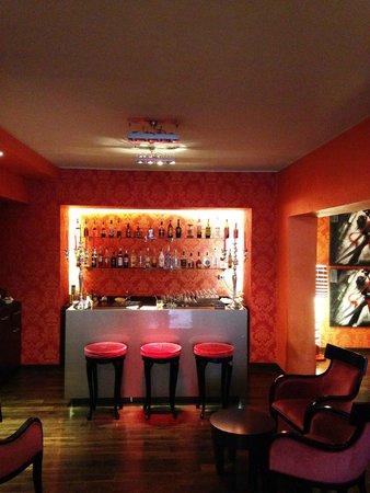 Fiume Hotel: ホテルのロビー奥にあるバーは夜ににぎわいます