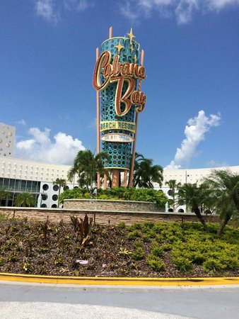 Universal's Cabana Bay Beach Resort: This is the first thing you see when you turn of the highway