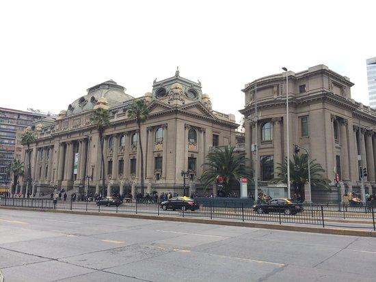 Museo Nacional de Bellas Artes: Bela arquitetura !!!!