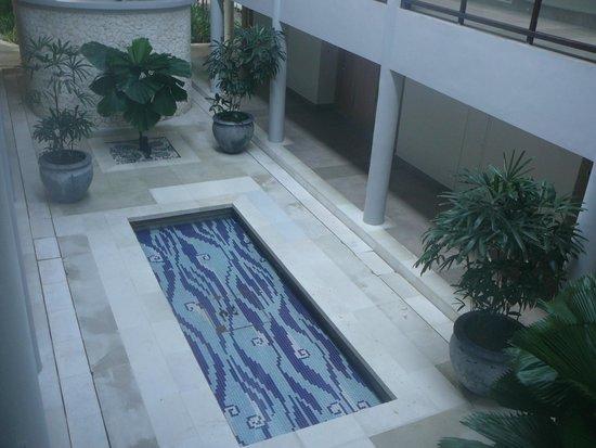 Holiday Inn Resort Baruna Bali: Kolam interior yang mengesankan nuansa mediterania