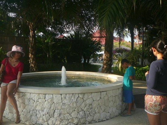 Holiday Inn Resort Baruna Bali: Kolam air mancur di halaman belakang hotel