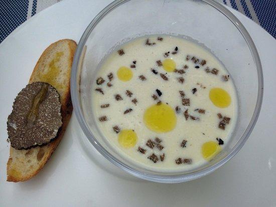 Manoir de la Roseraie : Soupe froide avec truffe d'été