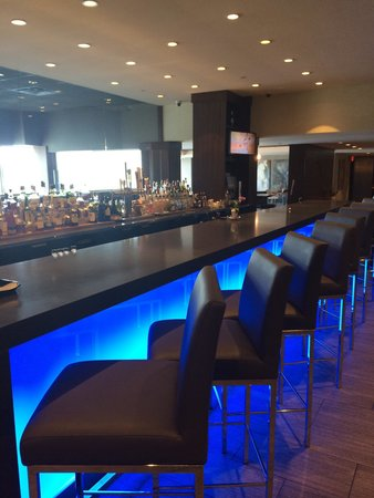 Delta Hotels by Marriott Kingston Waterfront: The Bar