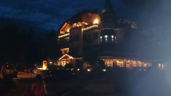 Hotel Villa Monica: Rientrando dalla passeggiata post cena..
