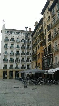 Plaza del Castillo. Pamplona. Fachada del Hotel La Perla.