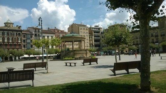 Plaza del Castillo. Pamplona. Entrando a la plaza desde la Calle San Nicolás.